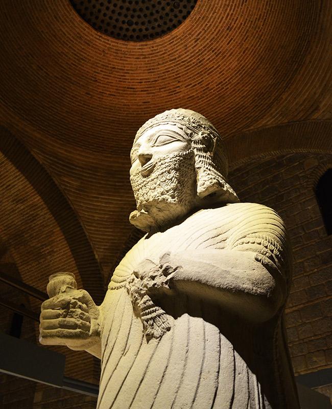 Kral Mutallu statue