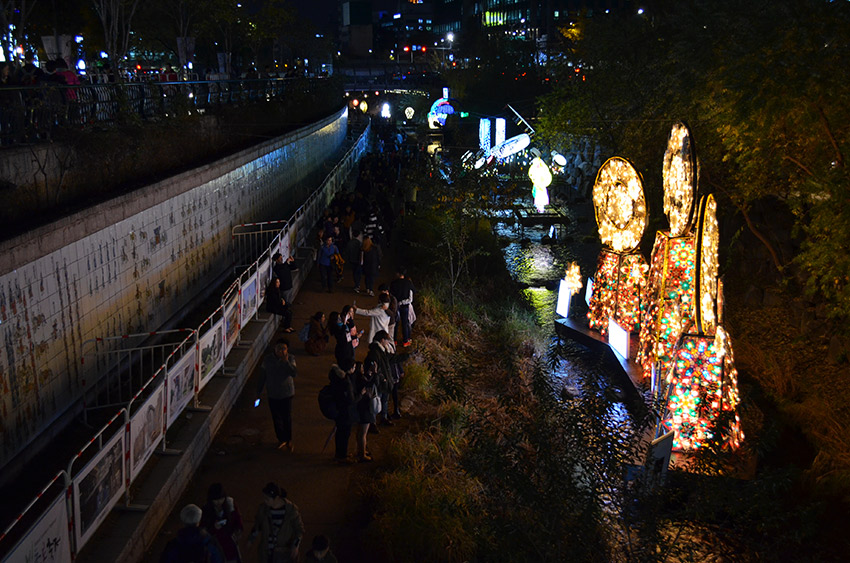 Cheonggyecheon stream and lanterns